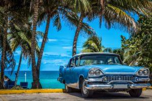 Blauer amerikanischer Buick Oldtimer parkt am Strand unter Palmen in Varadero Kuba - Serie Kuba Reportage